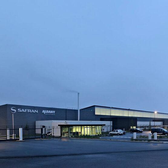 bâtiment industriel de Safran de nuit