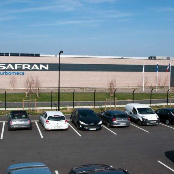 Parking extérieur site de production aéronautique Safran