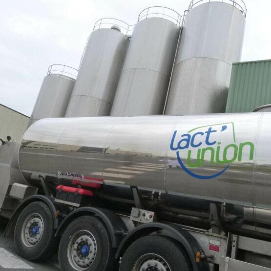 Camion citerne devant usine de production Lact'union