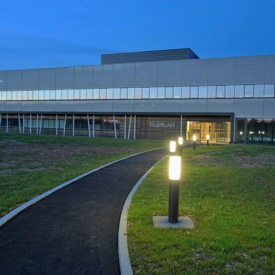 Bâtiment industriel Guerlain de nuit