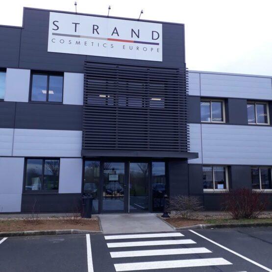 Façade usine de production cosmétique Strand Cosmetics